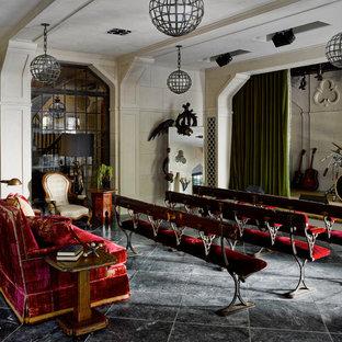 Idee per un grande home theatre chic chiuso con pareti bianche e pavimento grigio