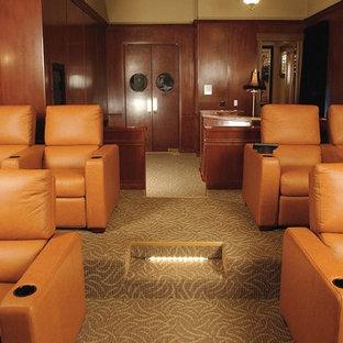 Diseño de cine en casa cerrado, tradicional, de tamaño medio, con paredes marrones, moqueta y pantalla de proyección