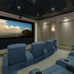 Ispirazione per un home theatre chic chiuso con pareti grigie, moquette, schermo di proiezione e pavimento verde