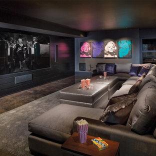 Immagine di un home theatre minimal aperto con pareti nere, moquette, schermo di proiezione e pavimento multicolore