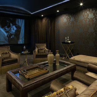 Inspiration pour une grande salle de cinéma victorienne fermée avec un mur bleu, moquette, un écran de projection et un sol gris.