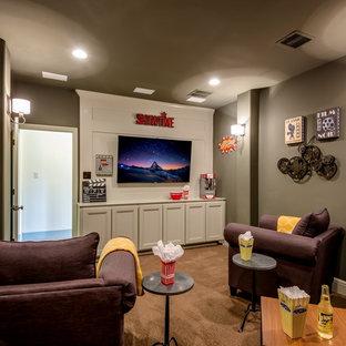 Abgetrenntes Klassisches Heimkino mit grauer Wandfarbe, Teppichboden, Wand-TV und braunem Boden in Austin