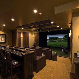 Imagen de cine en casa cerrado, tradicional, grande, con paredes beige, moqueta, pantalla de proyección y suelo beige