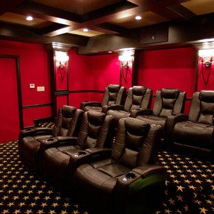 Mittelgroßes, Abgetrenntes Klassisches Heimkino mit roter Wandfarbe, Teppichboden, Leinwand und schwarzem Boden in Sonstige