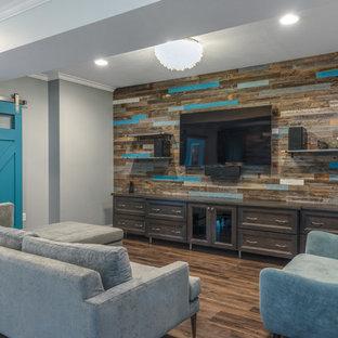 Mittelgroßes, Offenes Klassisches Heimkino mit bunten Wänden, Vinylboden, Wand-TV und braunem Boden in Sonstige