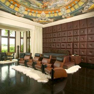 Ispirazione per un home theatre eclettico con pavimento nero