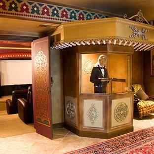 Réalisation d'une très grand salle de cinéma méditerranéenne fermée avec un mur rouge, un sol en calcaire et un écran de projection.
