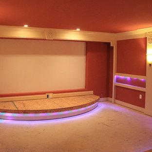 Großes, Abgetrenntes Klassisches Heimkino mit roter Wandfarbe, Teppichboden und Leinwand in Washington, D.C.