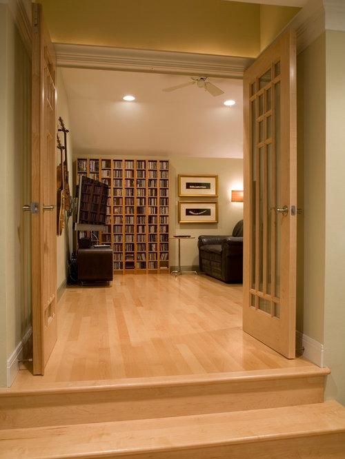 salle de cin ma petit budget avec un sol en bois clair photos et id es d co de salles de cin ma. Black Bedroom Furniture Sets. Home Design Ideas