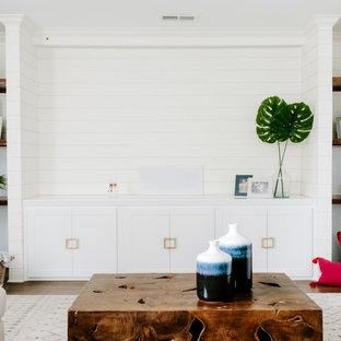 Großes, Abgetrenntes Modernes Heimkino mit weißer Wandfarbe, gebeiztem Holzboden, Leinwand und braunem Boden in Jackson