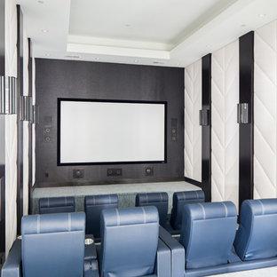Réalisation d'une très grande salle de cinéma méditerranéenne fermée avec moquette, un mur multicolore, un écran de projection et un sol gris.