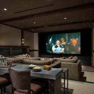 Idee per un home theatre stile americano chiuso con pareti bianche, moquette, schermo di proiezione e pavimento beige