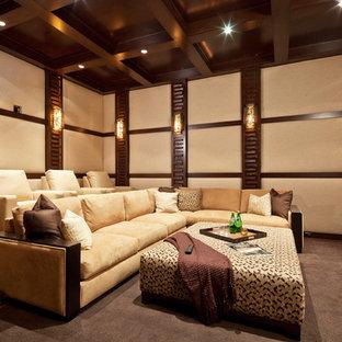 Immagine di un home theatre minimal con schermo di proiezione e pavimento grigio