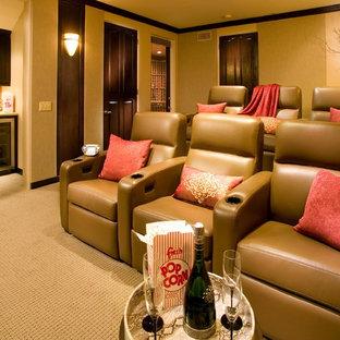 Новый формат декора квартиры: изолированный домашний кинотеатр среднего размера в средиземноморском стиле с бежевыми стенами, ковровым покрытием и экраном для проектора