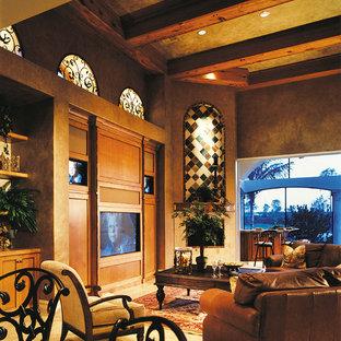 Idéer för ett stort medelhavsstil avskild hemmabio, med beige väggar, travertin golv och en inbyggd mediavägg
