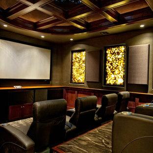 Inspiration pour une salle de cinéma méditerranéenne fermée avec un mur marron, moquette et un écran de projection.