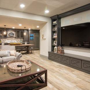 Ispirazione per un ampio home theatre shabby-chic style aperto con pareti bianche, pavimento in laminato, pavimento beige e TV a parete