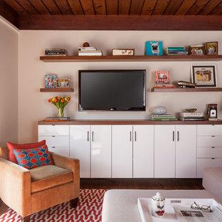 Kleines, Offenes Mid-Century Heimkino mit weißer Wandfarbe, dunklem Holzboden und Wand-TV in San Francisco