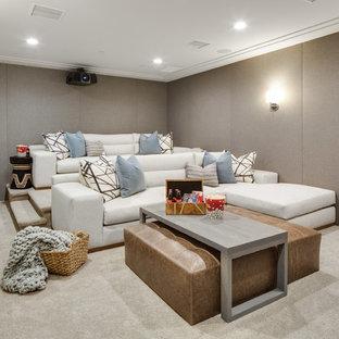 Ejemplo de cine en casa cerrado, clásico renovado, de tamaño medio, con paredes beige, moqueta y suelo beige