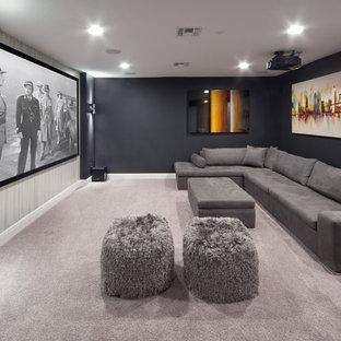 Mittelgroßes, Abgetrenntes Klassisches Heimkino mit schwarzer Wandfarbe, Teppichboden, Leinwand und grauem Boden in Orlando