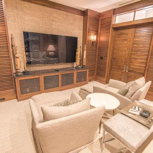 Idee per un grande home theatre tropicale chiuso con pareti beige, moquette e TV a parete