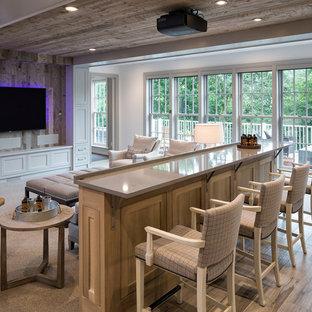 Ispirazione per un home theatre stile marinaro aperto con pareti beige, parquet chiaro, schermo di proiezione e pavimento beige