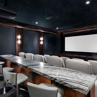 Modernes Heimkino mit schwarzer Wandfarbe, Teppichboden und Leinwand in Las Vegas