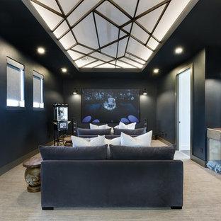 Ispirazione per un home theatre scandinavo chiuso con pareti nere, moquette, schermo di proiezione e pavimento beige