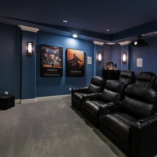 Mittelgroßes, Abgetrenntes Modernes Heimkino mit blauer Wandfarbe, Teppichboden, Leinwand und grauem Boden in Dallas