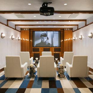 Immagine di un home theatre stile marino con pareti bianche, moquette e schermo di proiezione