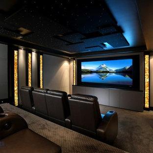 Réalisation d'une salle de cinéma design de taille moyenne et fermée avec un écran de projection.