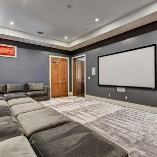 Foto di un home theatre tradizionale chiuso e di medie dimensioni con pareti grigie, moquette, schermo di proiezione e pavimento grigio