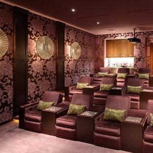 Cette photo montre une grande salle de cinéma asiatique fermée avec un mur violet, moquette, un sol violet et un écran de projection.