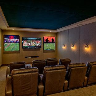 Großes, Abgetrenntes Klassisches Heimkino mit beiger Wandfarbe, Teppichboden, Wand-TV und beigem Boden in Atlanta