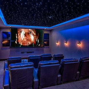Esempio di un grande home theatre tradizionale chiuso con pareti beige, moquette, TV a parete e pavimento beige