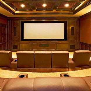 Ispirazione per un grande home theatre chiuso con pareti arancioni, moquette e schermo di proiezione