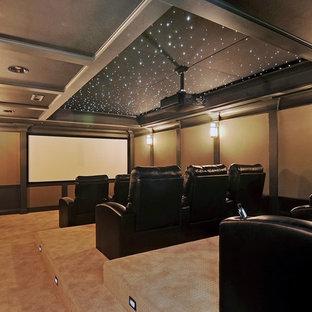 Ispirazione per un grande home theatre classico chiuso con pareti beige, moquette, schermo di proiezione e pavimento beige