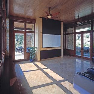 Foto på ett stort vintage avskild hemmabio, med travertin golv och projektorduk