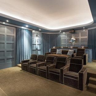 Immagine di un ampio home theatre chic chiuso con pareti blu, moquette e schermo di proiezione