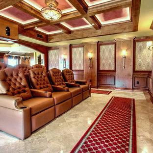 Esempio di un grande home theatre classico aperto con pavimento in travertino, schermo di proiezione e pareti multicolore