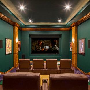 Cette image montre une très grande salle de cinéma traditionnelle fermée avec un mur vert, moquette, un écran de projection et un sol violet.