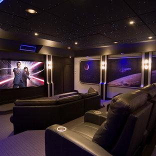 На фото: изолированный домашний кинотеатр в современном стиле с фиолетовым полом с