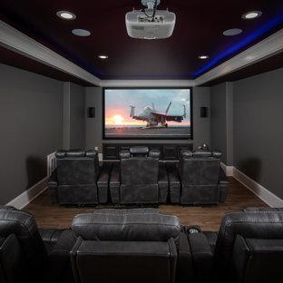 Esempio di un grande home theatre classico con pareti blu, pavimento in laminato e pavimento marrone