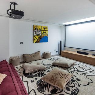 Неиссякаемый источник вдохновения для домашнего уюта: большой домашний кинотеатр в стиле фьюжн с белыми стенами, светлым паркетным полом и проектором