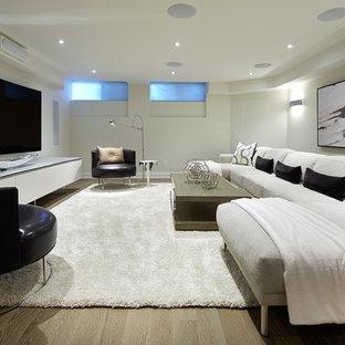 Ejemplo de cine en casa tradicional renovado, grande, con paredes blancas y suelo de madera clara