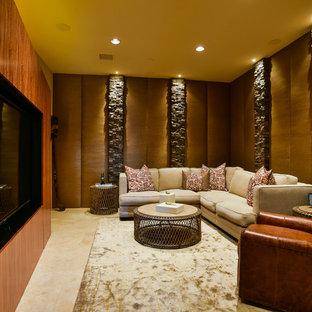 Immagine di un grande home theatre contemporaneo chiuso con pareti beige, pavimento in travertino e parete attrezzata