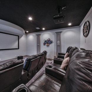 Mittelgroßes, Abgetrenntes Klassisches Heimkino mit grüner Wandfarbe, Teppichboden, Leinwand und grauem Boden in Houston