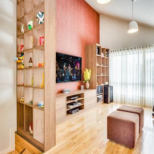 Mittelgroßes, Abgetrenntes Modernes Heimkino mit oranger Wandfarbe, Sperrholzboden und Wand-TV in Sonstige