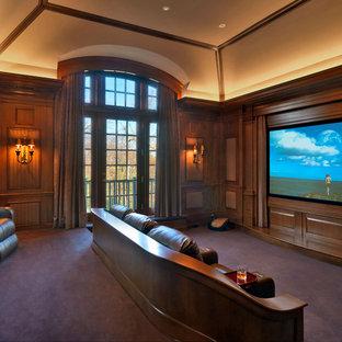 ボストンのトラディショナルスタイルのおしゃれなシアタールーム (プロジェクタースクリーン、紫の床) の写真
