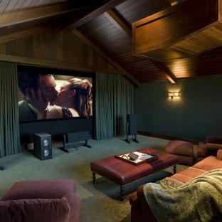 Immagine di un home theatre stile marino di medie dimensioni e chiuso con pareti verdi, moquette, schermo di proiezione e pavimento verde